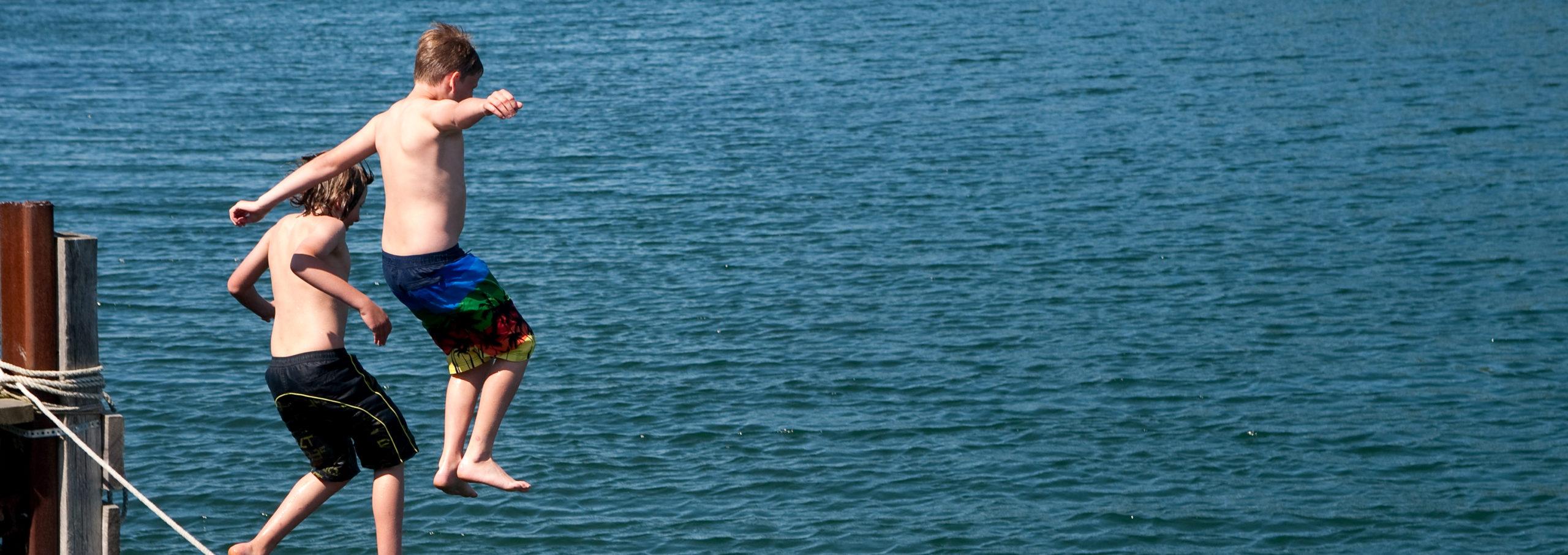 Barn hoppar i vattnet