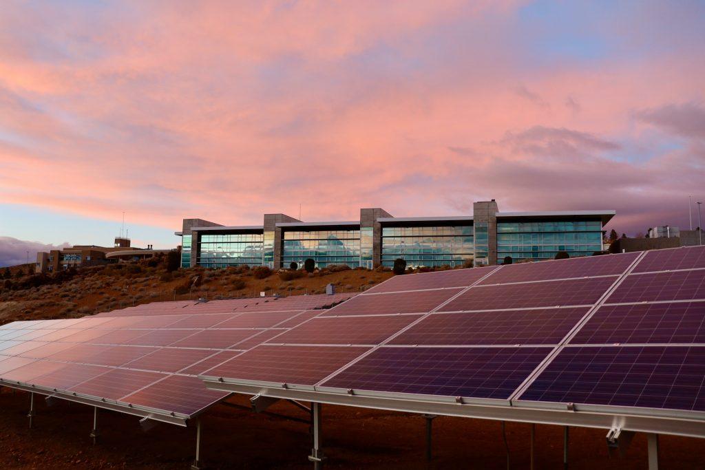 Borettslag må betale nettleie og avgift for strøm fra egne solceller