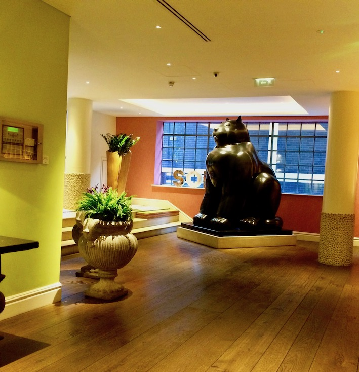 Resepsjonen på the Soho hotel. Bronsekatt av Botero.