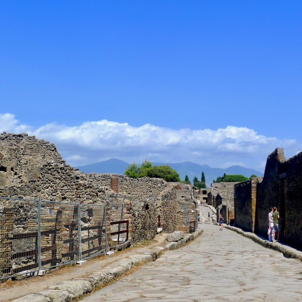 Vesuv i bakgrunnen. Tatt fra Pompei.