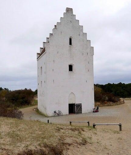 Den tilsandede kirke i nærheten av Råbjerk Mile, Danmark