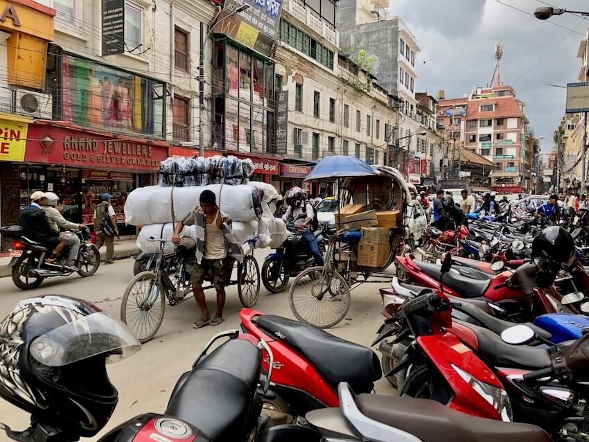 Hektisk traffikbilde i Kathmandu - hovedstad i Nepal