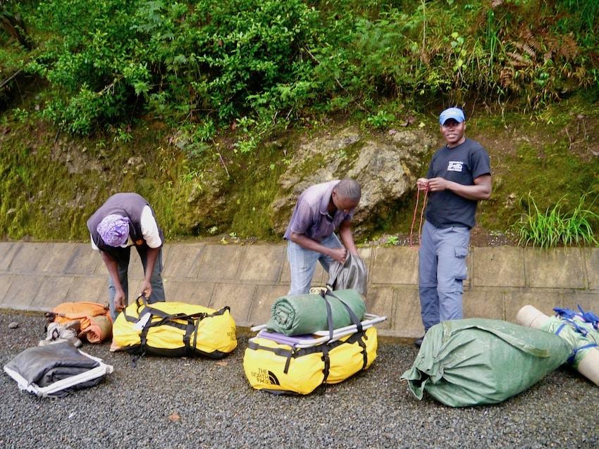 Porterne bærer tungt, Machame route, Kilimanjaro