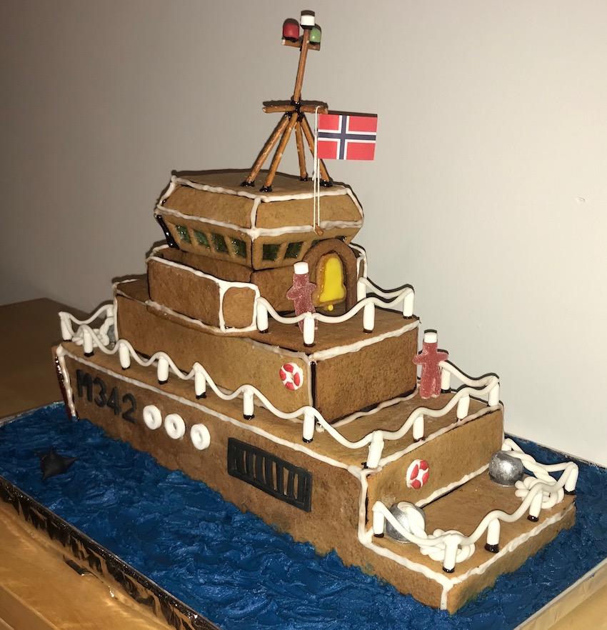 KNM Måløy. Laget av pepperkakedeig.