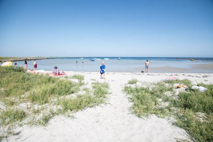 Klart vand på stranden i Præstebugten på Hirsholm