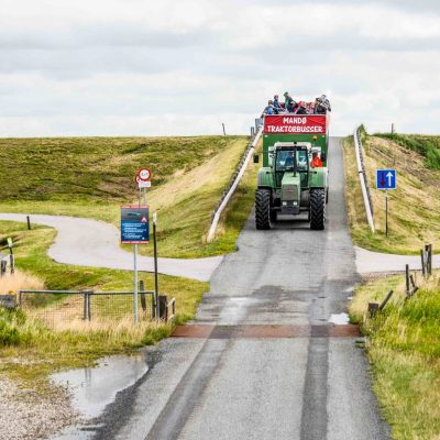 Mandoe-traktor-bus-over-diget-paa-vej-til-mandoe