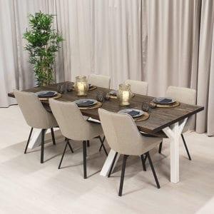 Rektangulärt matbord med klaff.