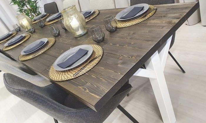 Rektangulärt matbord med 2 klaffar.
