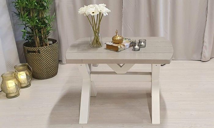 Rundat soffbord, pärlgrå bets och vita ben, 90x65 cm. Frilagda plankor.