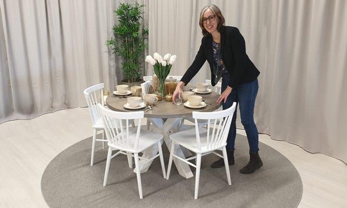 Runt matbord, 1 iläggsskiva, silvergrå bets, vita ben. 120 cm.
