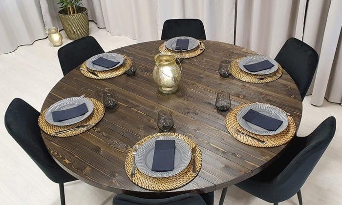 Runt matbord, kryssben, bets i tjära, frilagda plankor. 160 cm.
