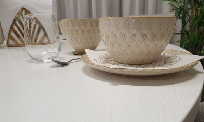 Runt matbord, vit färg.
