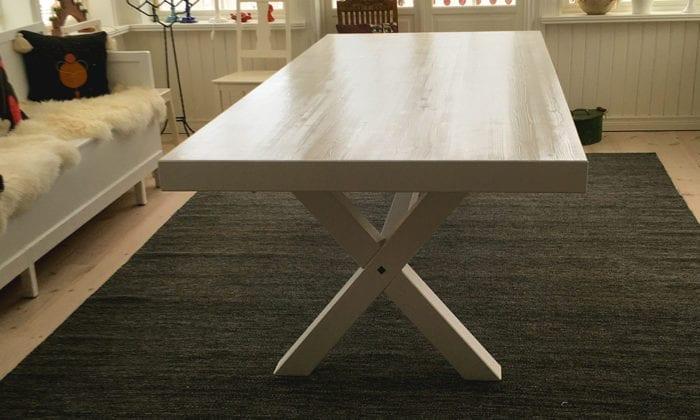 Matbord med extra tjock skiva.