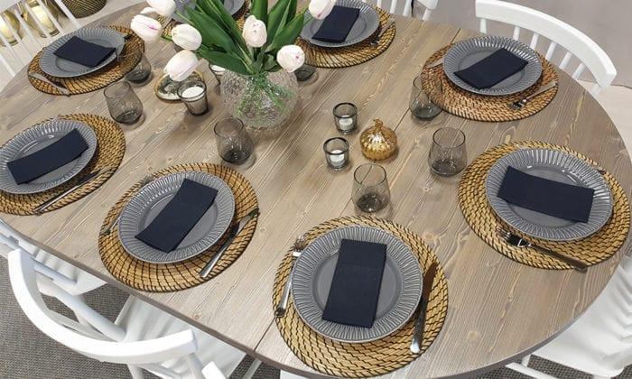 Runt bord, 1 iläggsskiva, silvergrå bets, vita ben. 120 cm.