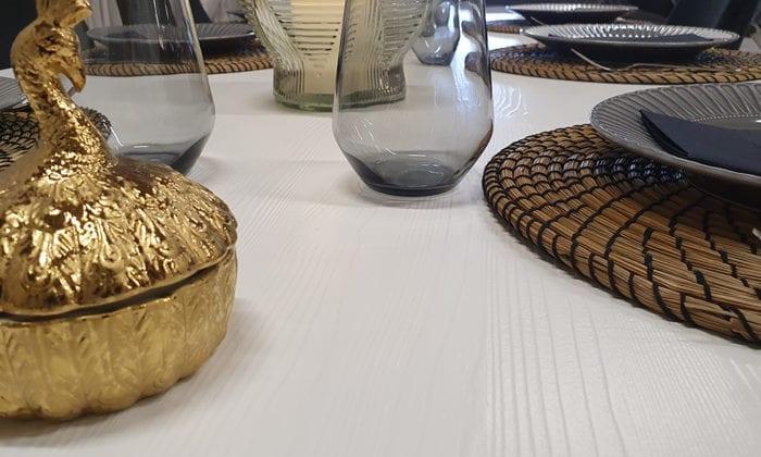 Rektangulärt matbord i vit färg.