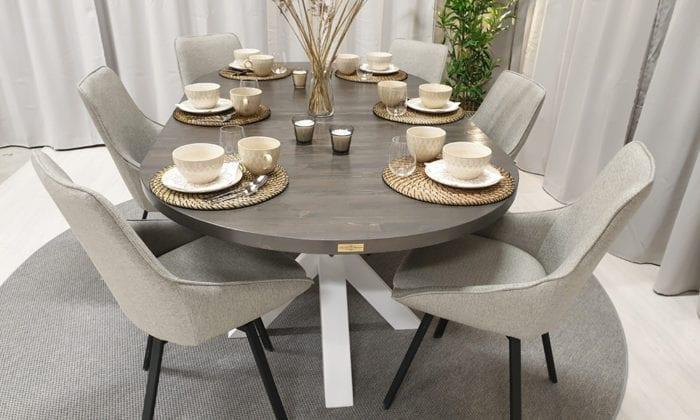Ovalt matbord med iläggsskiva, rustikgrå dubbelbets. 210x115 cm.