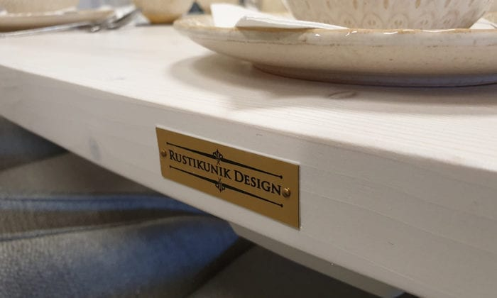 Matbord i vit bets.