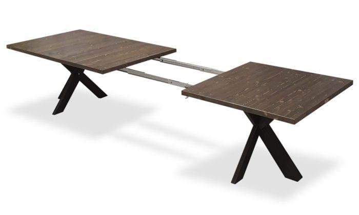 Rektangulärt matbord med iläggsskivor som blir 3.5 meter långt.