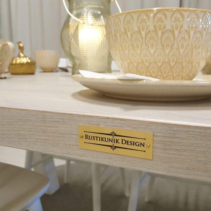 Matbord med ekskiva