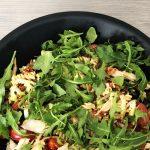 Kyllingsalat med grillet kylling, ruccola, pasta, soltørkede tomater og sennepsaus