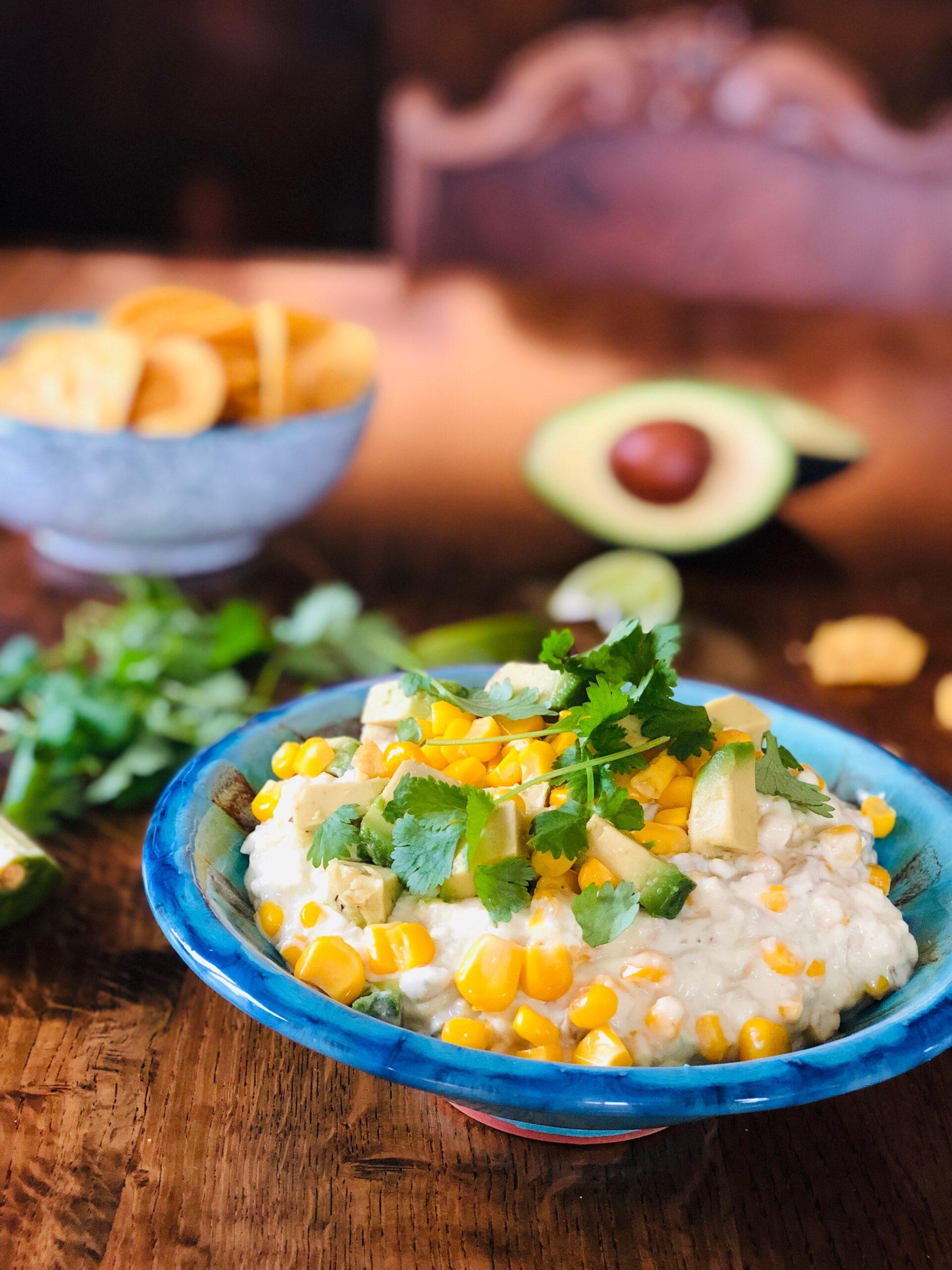 Creamy corndip med mais, avokado, majones, hvitløk, lime og nachos