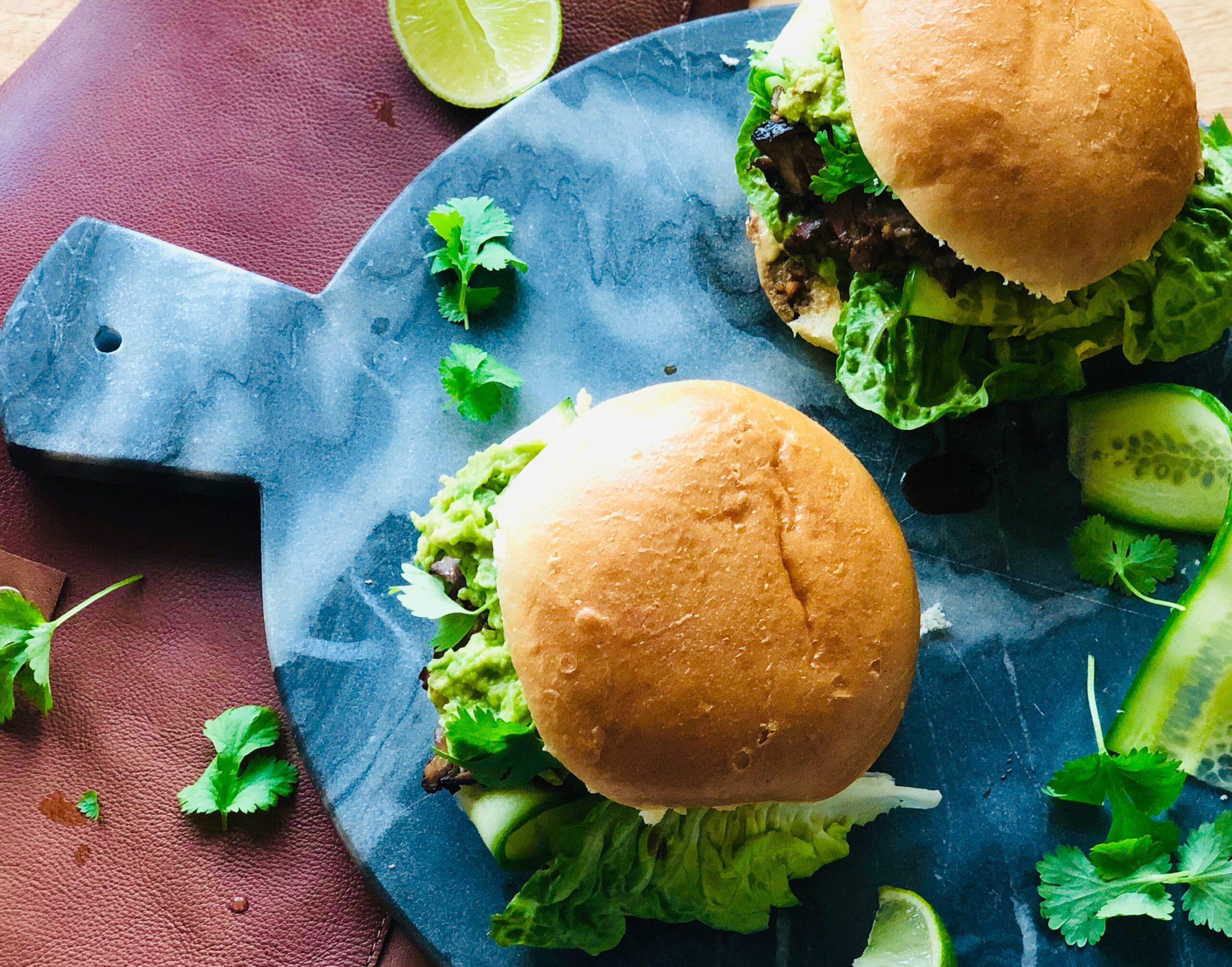 Satayburger med biff, agurk og most avokado på hamburgerbrød