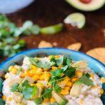 Creamy corn dip med mais, avokado, majones, hvitløk og nachos