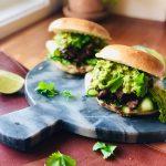 Hamburger med biff og asiatisk saus, med most avokado og agurk på hamburgerbrød