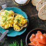 Kremet eggerøre med egg, gressløk og røkelaks