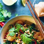 Nudler med sursøt saus, chili, ingefær og scampi