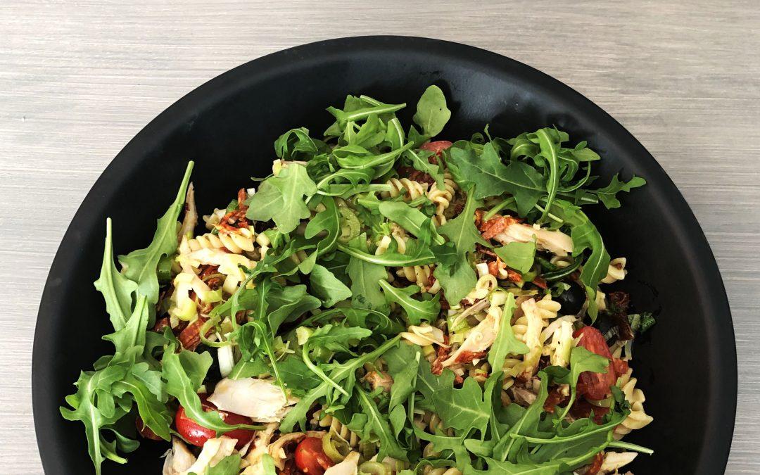 Kyllingsalat med med pasta, ruccola, sennepsaus, tomat og oliven