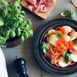 Caprese salat med mozzarella, tomat og basilikum