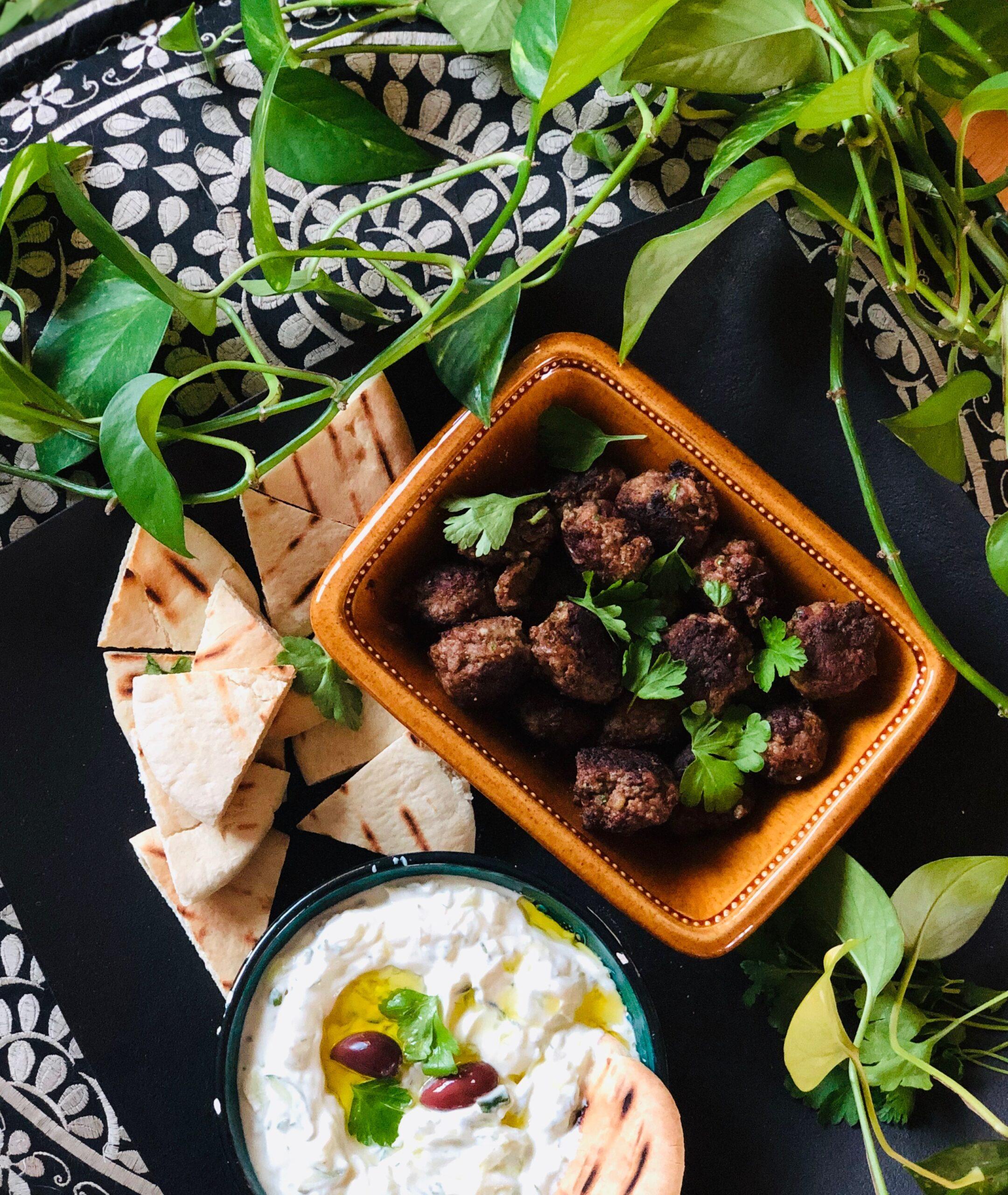 Greske kjøttboller med ouzo, persille, pitabrød og tzatziki