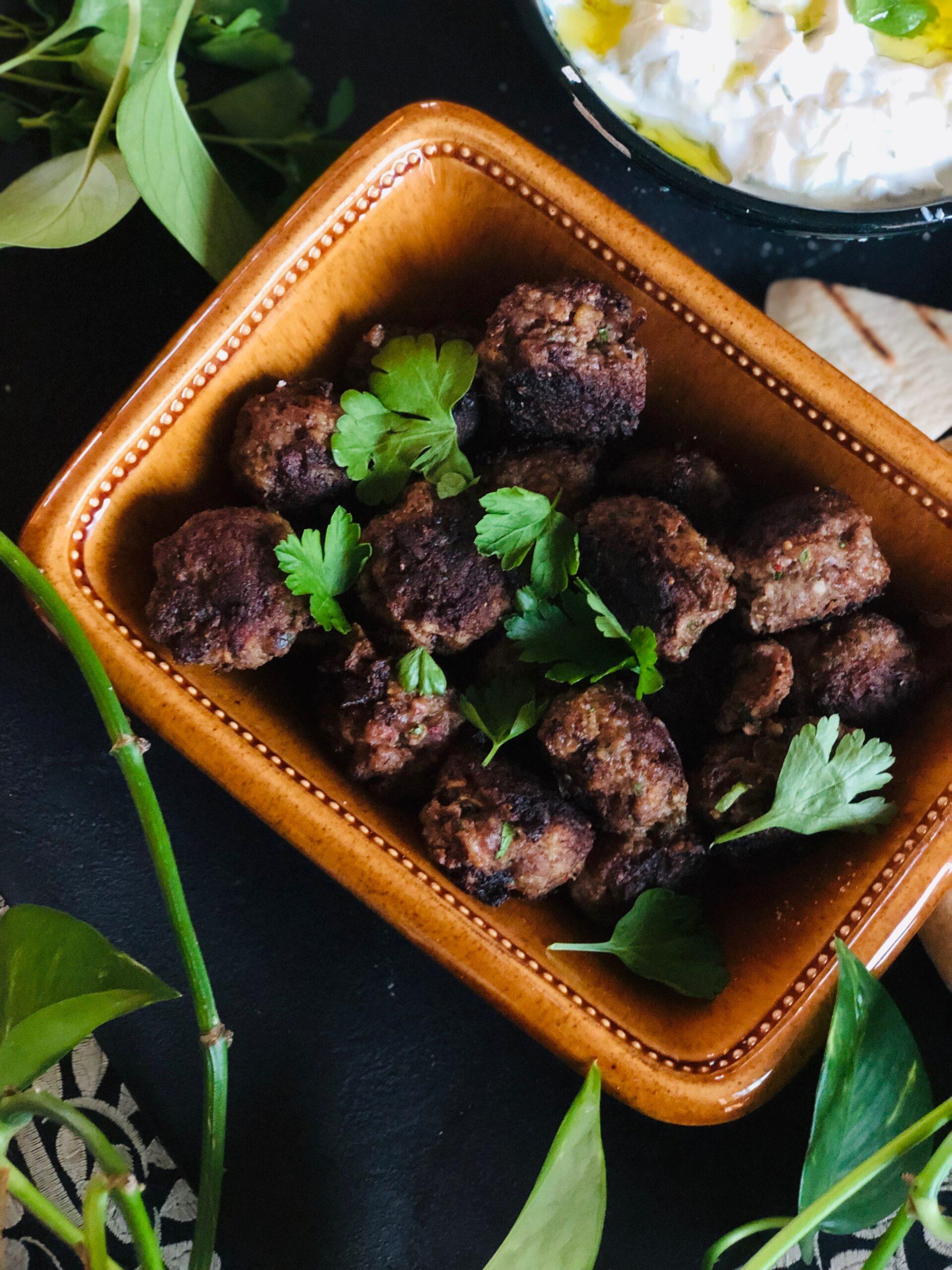 Greske kjøttboller med tzatziki og persille