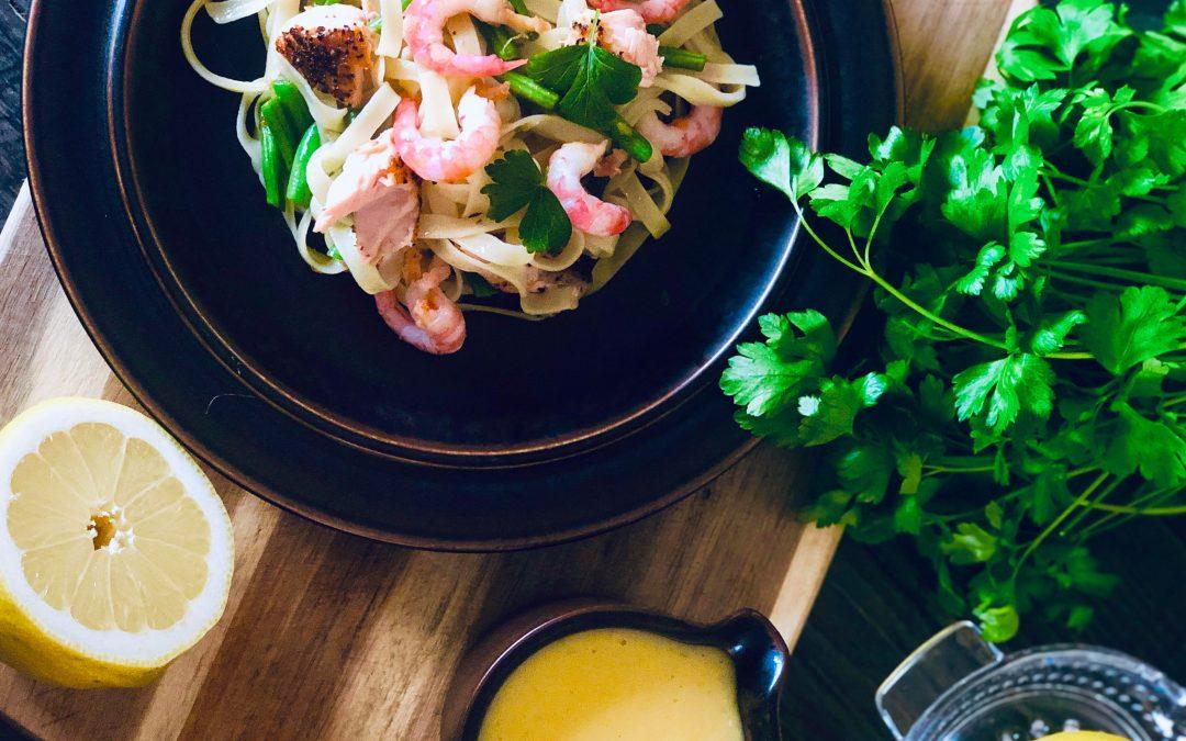Pasta med reker, laks, grønne bønner og sitronsaus