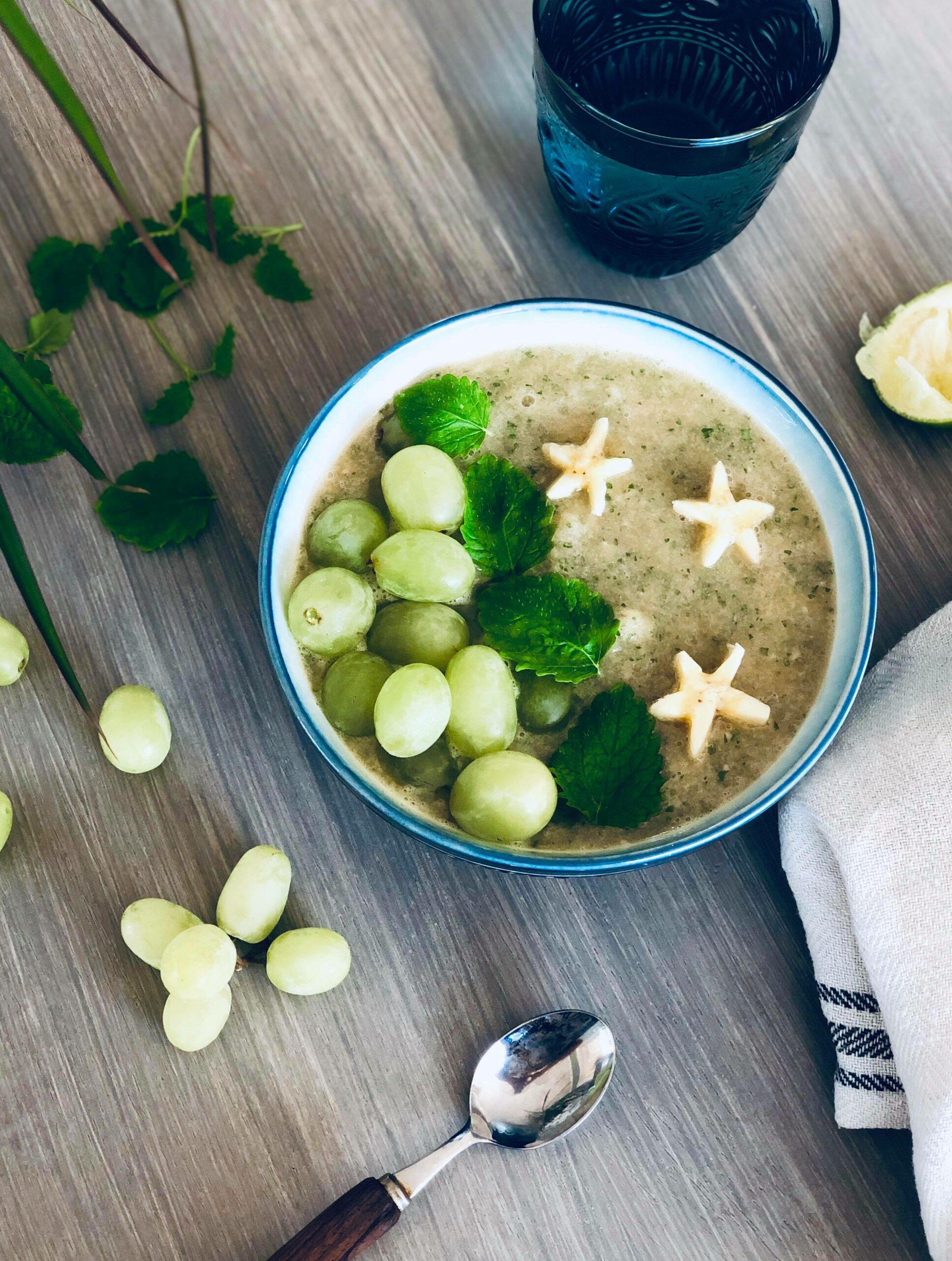 Smoothiebowl med cantaloupe, sitronmelisse, honning og druer