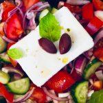 Gresk salat med tomat, agurk, løk, fetaost, kalamata oliven og tzatziki