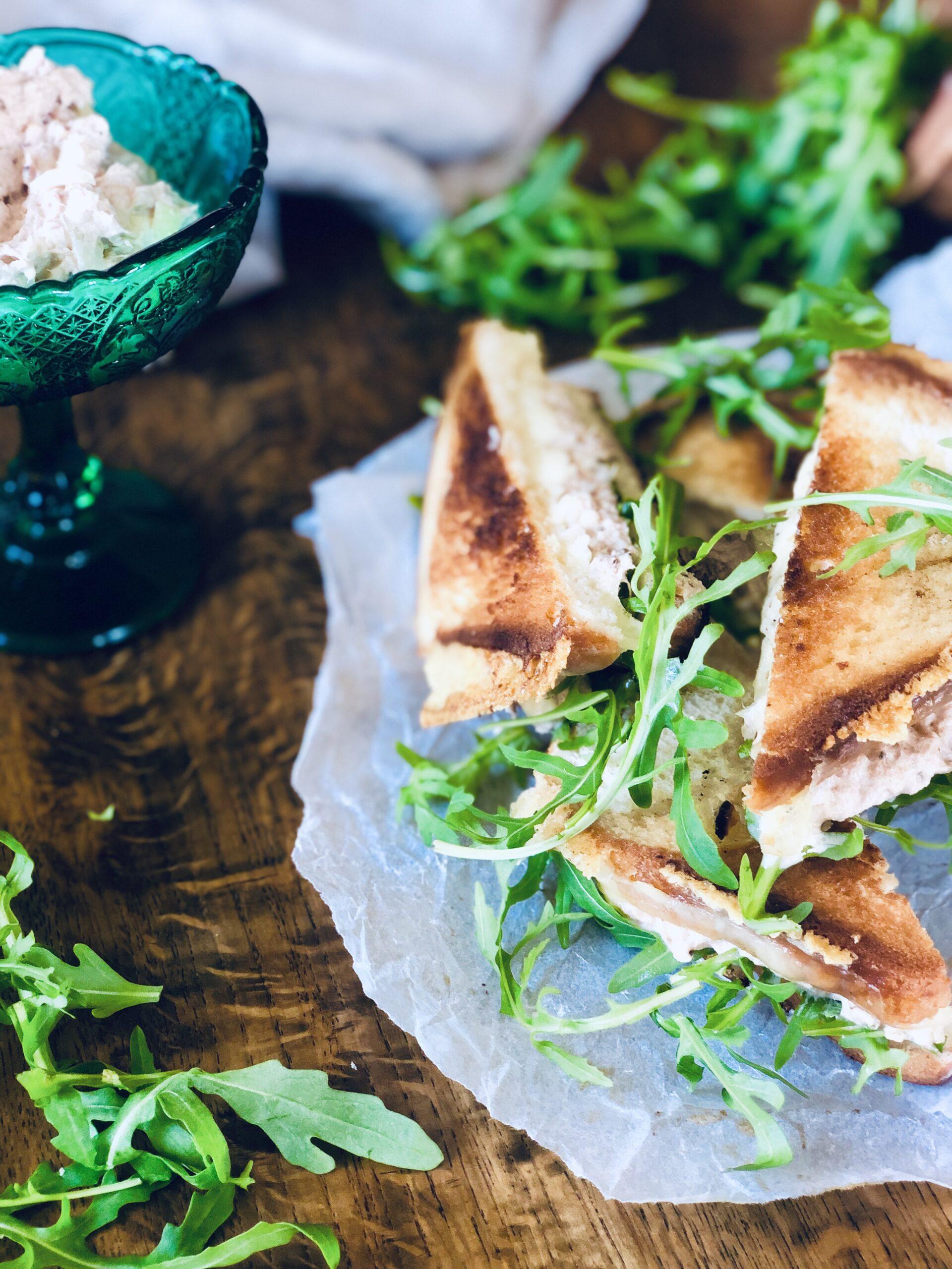 Tuna melt-sandwich med tunfiskrøre, ruccola og cheddar