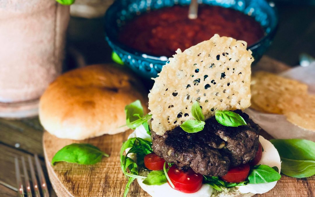Italiensk hamburger med parmesanchips