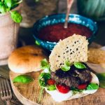 Italiensk hamburger med rød tomatsaus, mozzarella, pesto, tomater, basilikum og parmesanchips