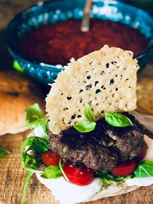 Italiensk hamburger med parmesanchips