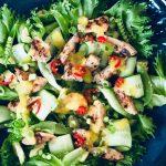 Kyllingsalat med agurk, avokado, chili, mango, sukkererter toppet med mangosaus