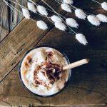 Vanilla iced-coffee med vaniljeis, kaffe, krem og cappuccino pulver