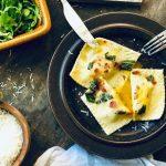 Ravioli med spinat og Ricotta-fyll og eggeplomme toppet med salvie smør med sprø spekeskinke
