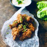 Super crispy chicken, med sprø skorpe med kefir, toppet med dressing og vårløk