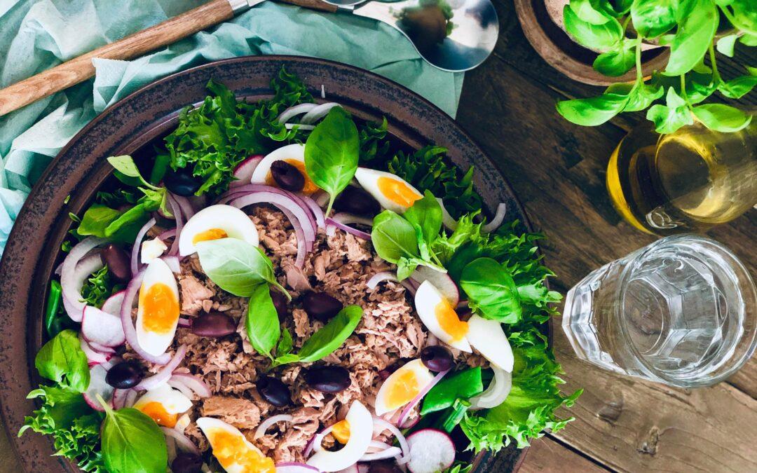 Frisk tunfisksalat med egg, oliven og basilikum