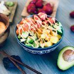 Sushibowl med laks, agurk, avokado, jordbær og mango, toppet med chilimajones