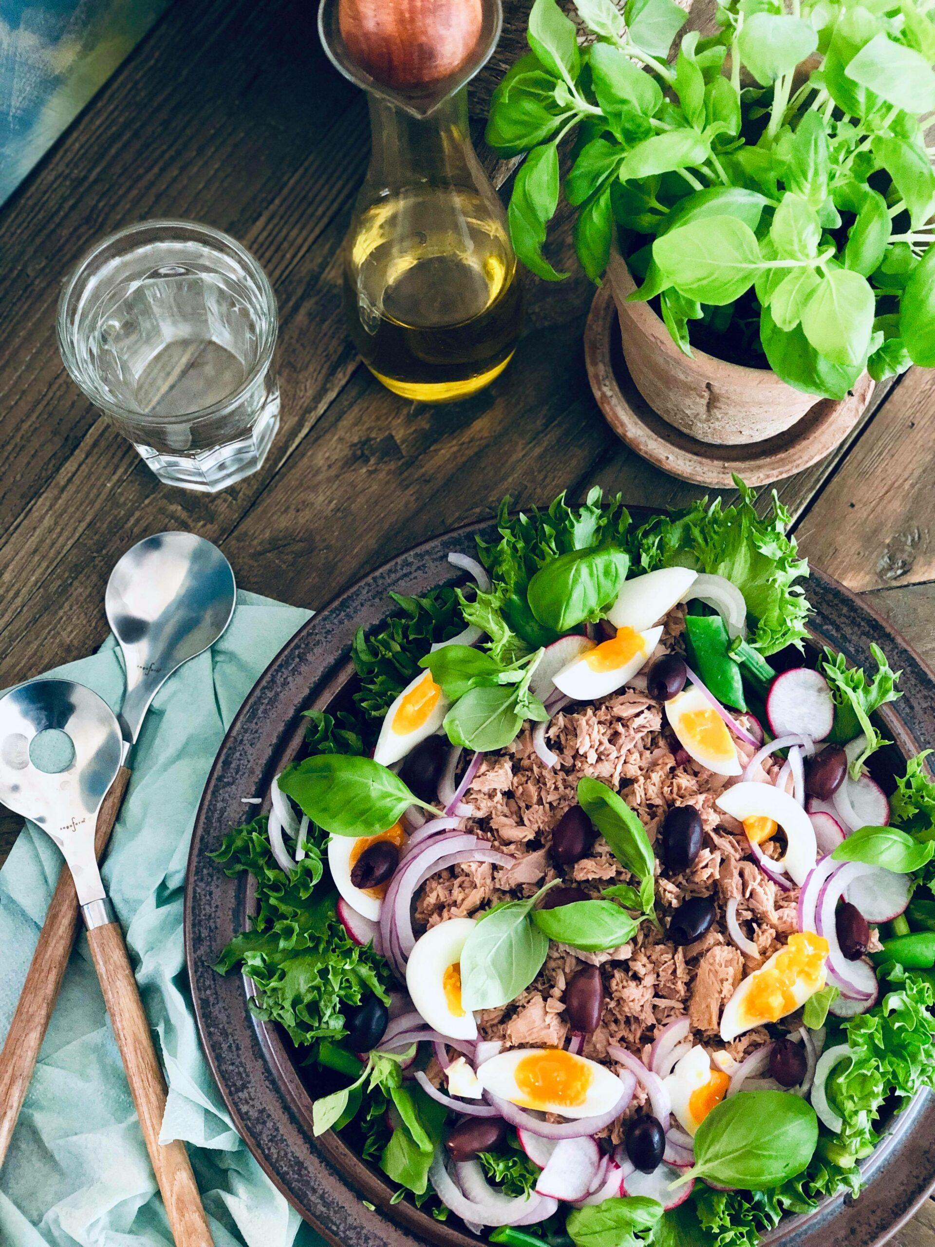 Tunfisksalat med tunfisk, egg, salat, kalamata oliven, basilikum og olivenolje