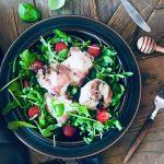 Grillet kremete mozzarella, med spekeskinke, ruccola, salat, jordbær og honning