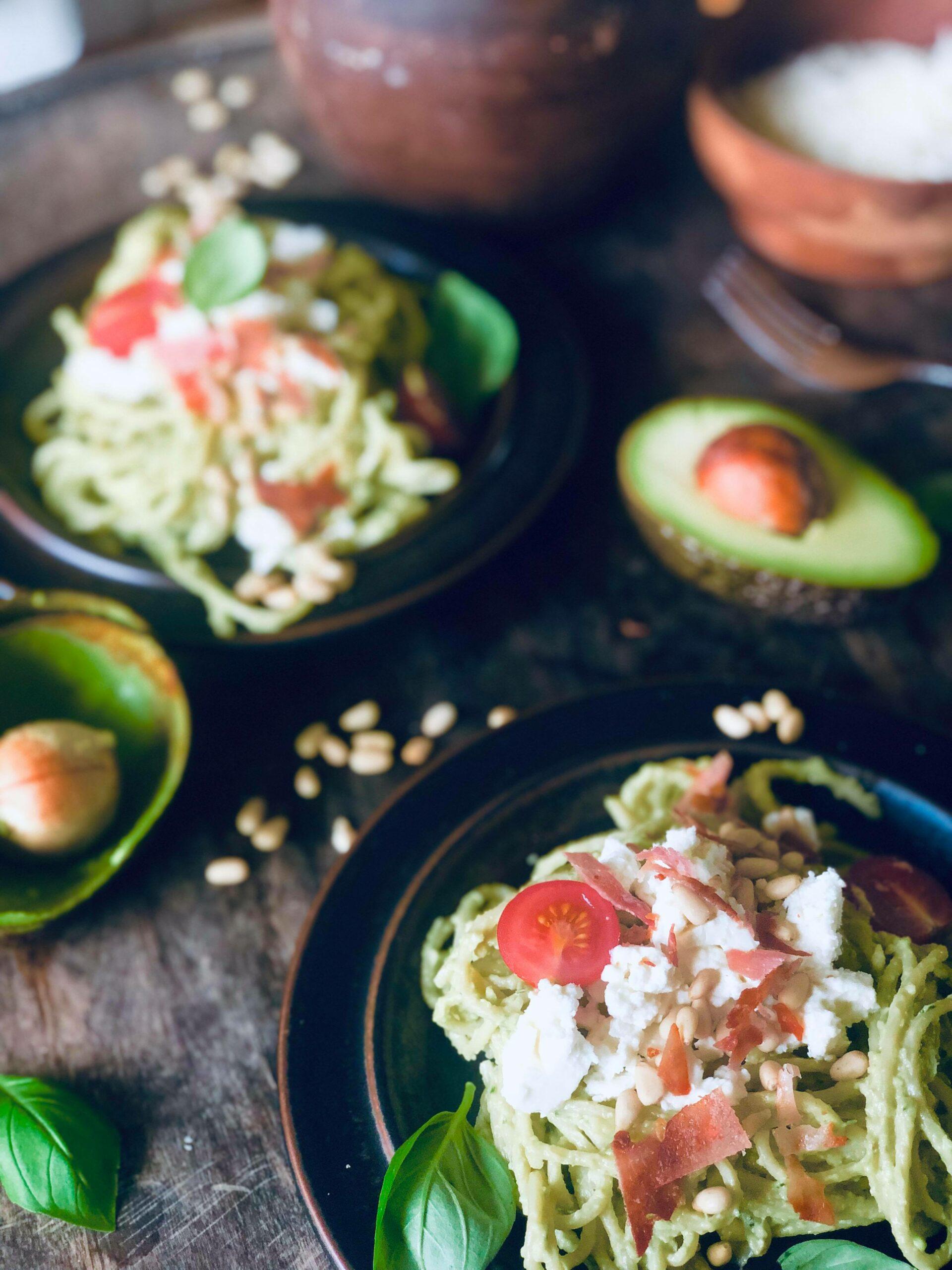 Creamy avokadopasta, med spaghetti med avokado, fetaost, spekeskinke, tomater og pinjekjerner